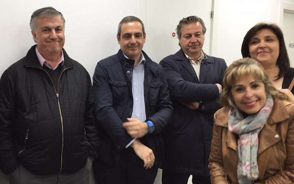 Gonzalo Lucendo, otro de los socios fundadores de Gestoría Las Tablas - Miramadrid junto a algunos compañeros y clientas